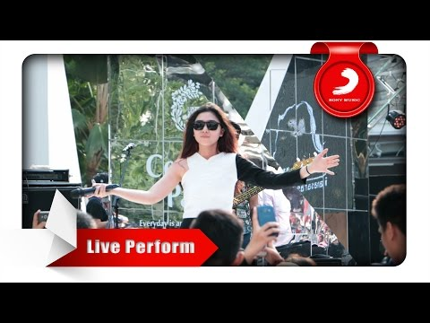 Isyana Sarasvati - Tetap Dalam Jiwa [Live Perform At Central Park] - Sony Music Entertainment Indonesia