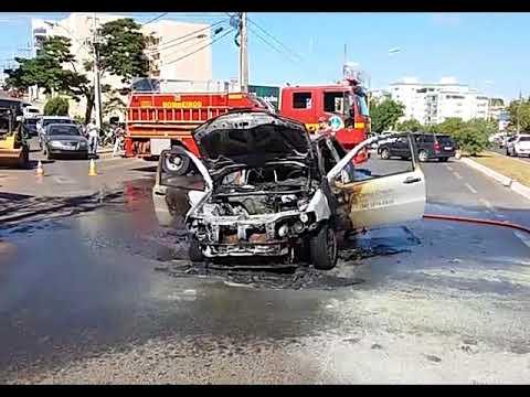 Carro pega fogo e fica destruído na Avenida Padre Almir em Patos de Minas