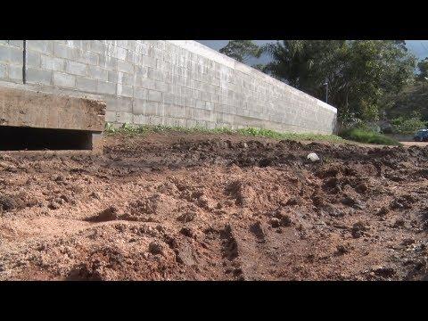 Sem asfalto e cheia de buracos! Situação na rua Sumidouro, em Nova Friburgo, é crítica