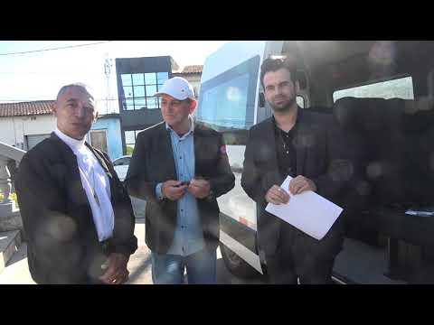 Padre Valdir e Thiago do Mãe que acolhe recebe das mãos do prefeito Ayres Scorsatto uma Van novinha em parceria com o deputado federal Zarattini.