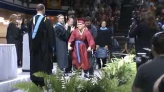 طالب أمريكي يقهر الشلل الدماغي ويمشي في حفل تخرجه