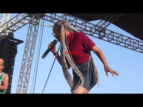 Ruby na Mbosso wakilipima jukwaa la Wasafi Festival kabla ya show utapenda