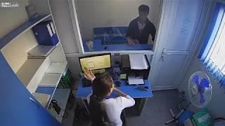 """Дерзкое ограбление """"МикроЗаймы"""" в г. Темиртау, Казахстан. (без цензуры)"""