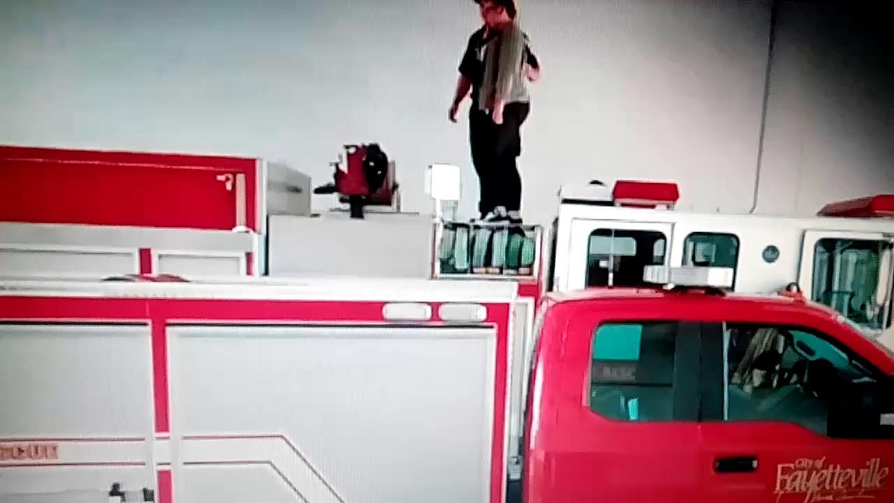 Пожарный в США с помощью шланга сделал предложение своей девушке