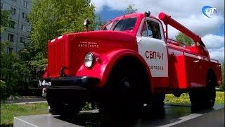 У здания регионального управления МЧС установили раритетную пожарную машину