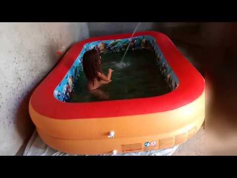 Tomando Banho de Piscina Com a Izabella