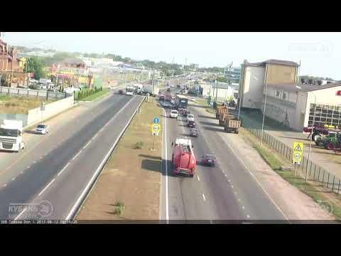 Фура протаранила несколько автомобилей в Краснодаре