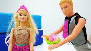 Muñecas en español. Ken espía a Barbie. Vídeos para niñas.