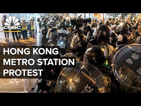 Hong Kong police confront protesters at metro station – 08/21/2019