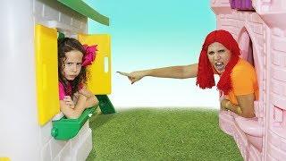 Valentina finge brincar Brincar de vizinhas com casas de brinquedos - 02