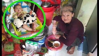 Bà cố ôm chắt bán vé số mừng khôn xiết nhận 200 USD từ Việt kiều giấu mặt