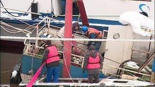 У причала новгородского КЮМа продолжаются работы по подъему притонувших судов