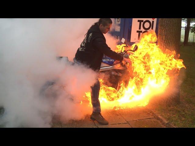 شاب يستعرض بدراجته النارية ويتسبب في اشتعال النار فيها