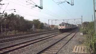 preview picture of video '12306 NEW DELHI HOWRAH RAJDHANI EXPRESS RATTLES THROUGH CHITTARANJAN'