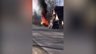 Машина горит на обочине