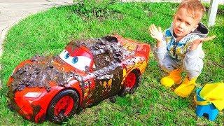 Nikita và rửa xe đồ chơi màu đỏ