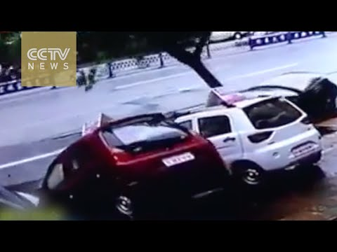 Sinkhole swallows cars in SE China