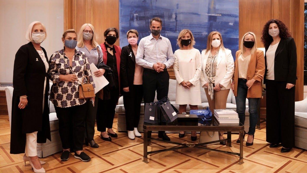 Συζήτηση του Πρωθυπουργού Κυριάκου Μητσοτάκη με γυναίκες που έδωσαν μάχη με τον καρκίνο του μαστού