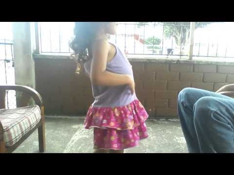 niña hermosa bailando