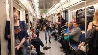 Поберушка в метро типа хохлушка