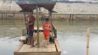 Kisah Royani, 16 Tahun Menjadi Tukang Getek di Aliran Kali Ciliwung