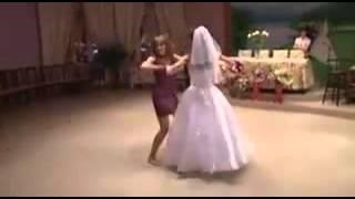 невеста на свадьбе с подругой красиво танцуют