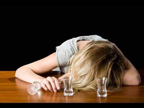 Врач лечит алкогольную зависимость