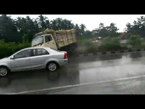 Красиво занесло грузовик на дороге в Индии