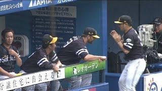 プロ野球パ「ボウシ、ワタサナイ!」森とじゃれ合うサファテ2015/09/26M-H