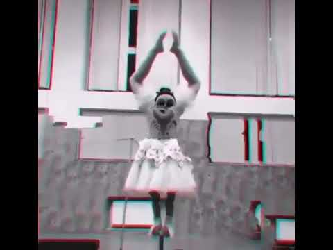 Странная двухголовая балерина напугала зрителей