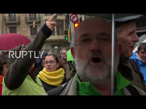 Spain: Teachers march in defence of Catalan language
