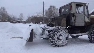 Трактор с дровами. Буксует по снегу.