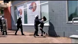 Polska 2021: Policjant pałuje młodą kobietę.