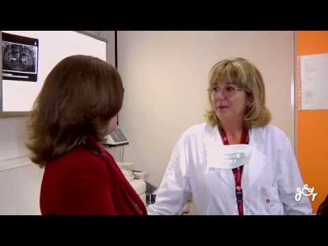 Dolori in reparto di petto di una spina dorsale allatto di respiro