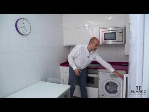 Video de cocina muy pequeña moderna blanca sin tiradores y encimera de silestone