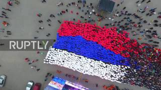 Russia: Hundreds form Russian