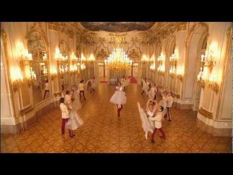אנדרה ריו מבצע את ואלס הקיסר עם מופע בלט מרשים