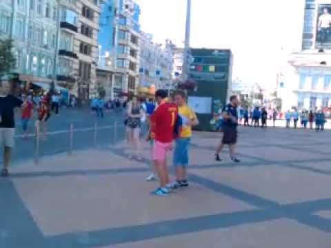 Болельщики собираются возле Олимпийского (видео)