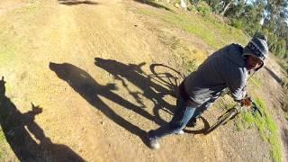 Смотреть онлайн Вооруженный бандит напал на велосипедиста