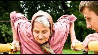 Красивая фигура, 72-летняя бабушка удивляет на площадке. 72-year-old grandmother.