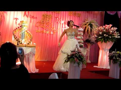 Cô dâu hát quá hay và quá xung trong đám cưới của mình