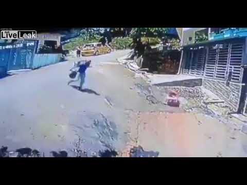 في اللحظة الأخيرة.. رجل ينقذ طفلة رضيعة انزلقت في أحد الطرقات