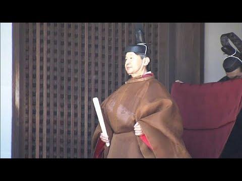 شاهد إمبراطور اليابان الجديد يظهر بالزي التقليدي لتأدية طقوس دينية…