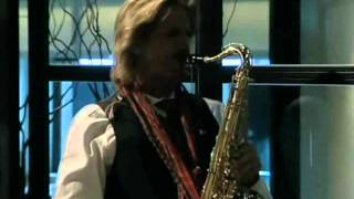 Facundo Arana tocando el saxo