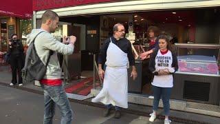Action antispéciste devant des boucheries parisiennes