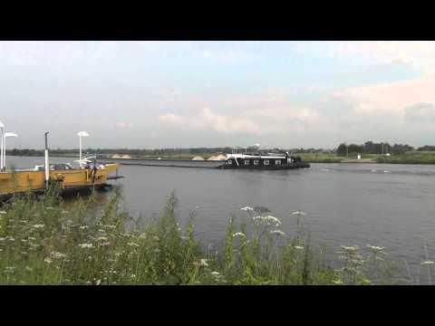 M.S. Karel Doorman passeert pontveer Vierlingsbeek-Bergen