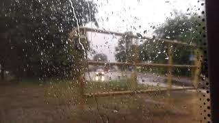 Капли дождя на стекле. Вид из окна поезда.