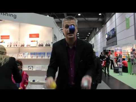 Stephan Ehlers jongliert für Buchmessies auf der Leipziger Buchmesse