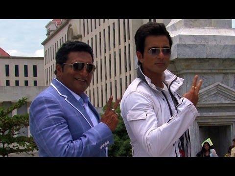 Akshay Kumar Rags Prakash Raj on the sets of Its Entertainment  - Behind the Scenes