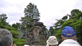 石川県金沢市「兼六園」土産店の観光ガイドさんのガイド風景